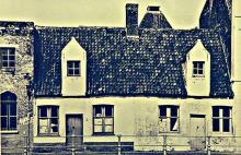Twee éénlaags huisjes naast de brouwerij 1905